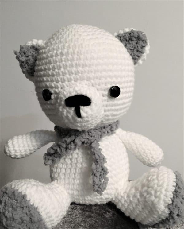 Ursulețul polar Cody este o jucărie croșetată manual