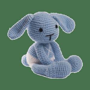 Iepurasul Ducu, culoare bleu, este o jucărie croșetată manual