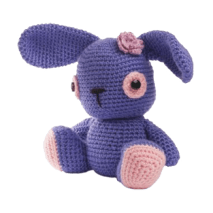 Iepurica Ema este o jucărie croșetată manual