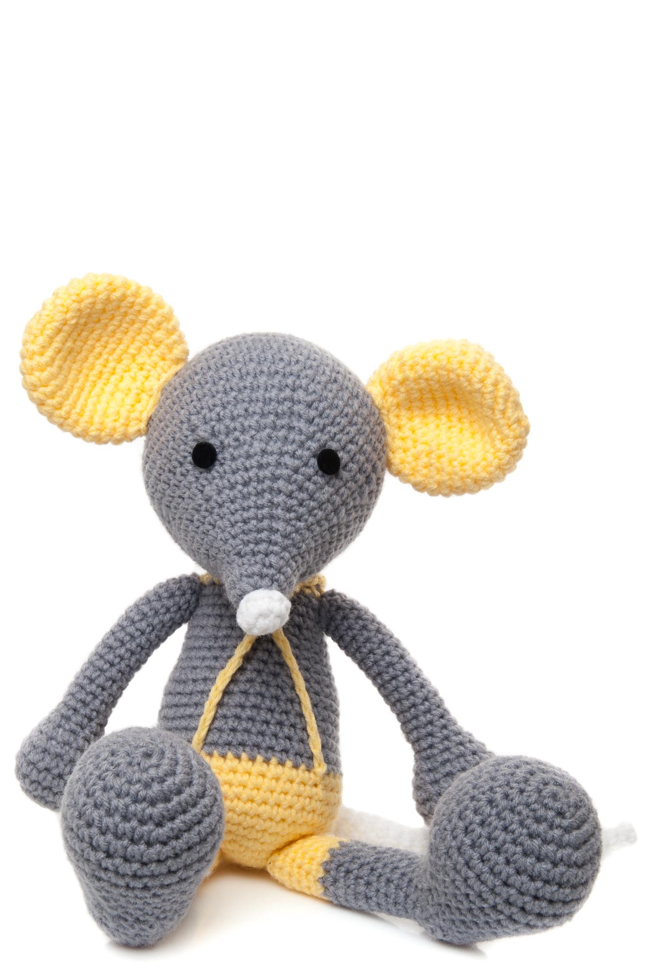 Șoricelul Chiț este o jucărie croșetată manual, poartă niște pantalonași scurți galbeni cu bretele.
