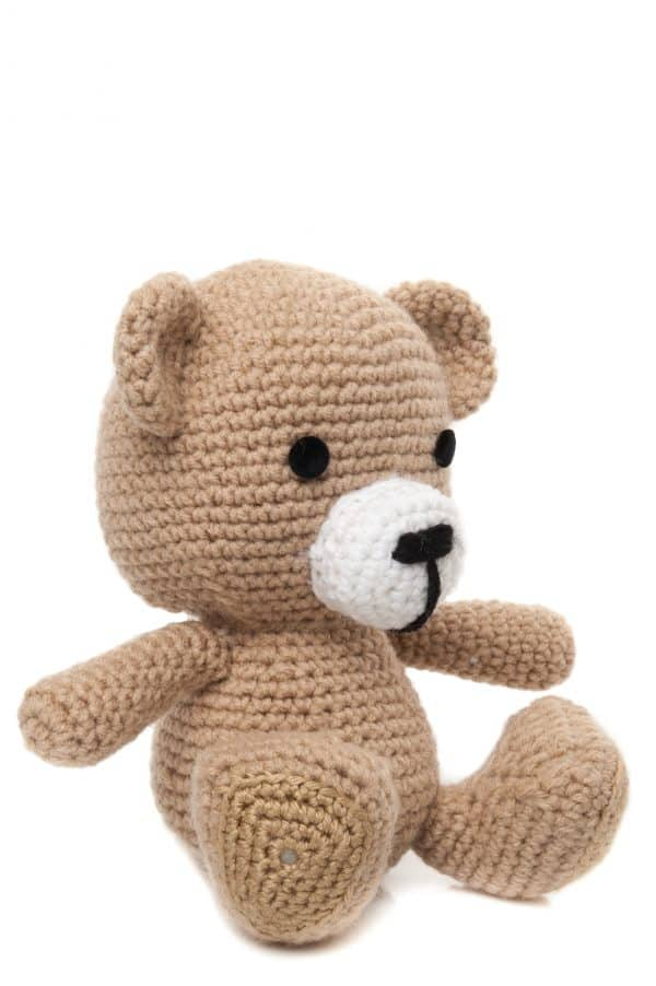 Ursulețul Cody este o jucărie croșetată manual de culoare bej.